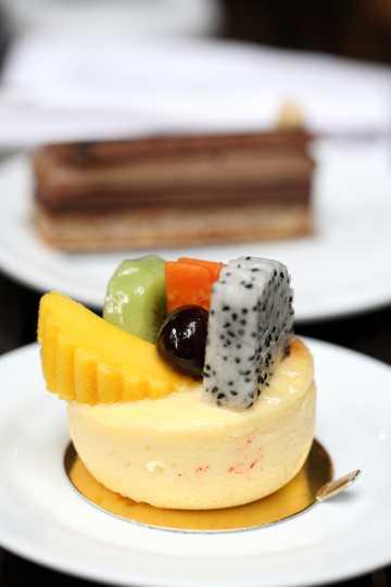 放在盘子里的水果蛋糕图片