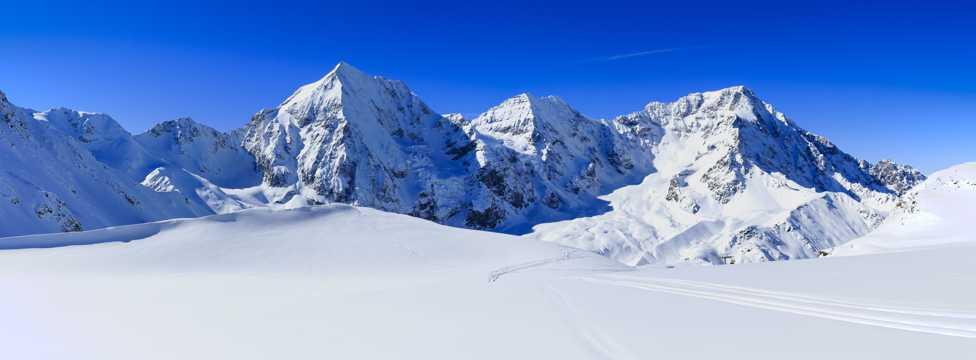 雪山顶部风景图片