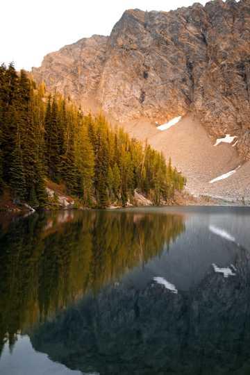 漂亮湖水美景竖屏图片