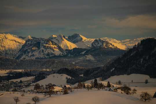 夜色降临雪山雪屋图片