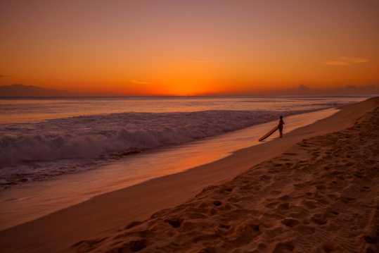 日落海滨冲浪者图片