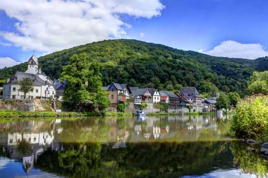 绿色山坡下的欧洲小镇图片