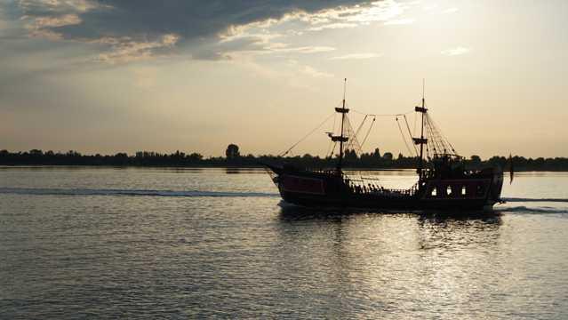 夕阳海洋船只图片