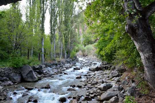 山间漂亮小溪流图片