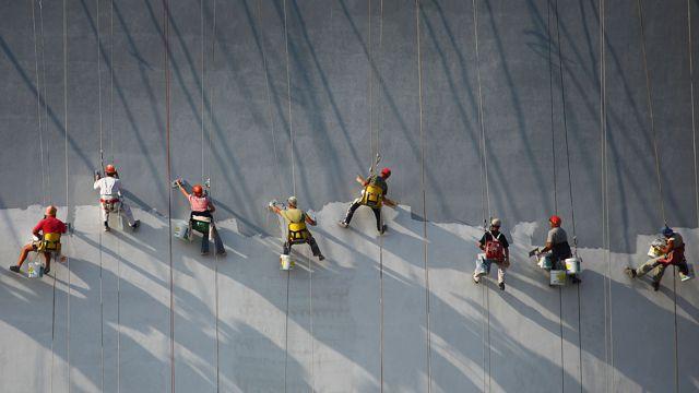 油漆工在刷墙面