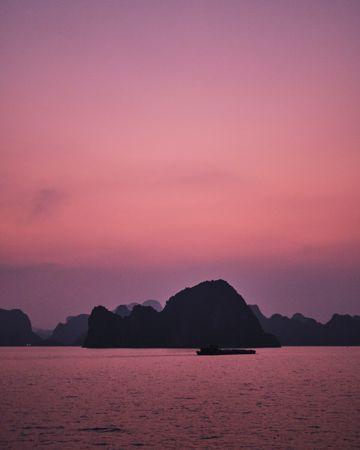紫色暮色山川景色图片