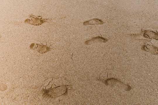 海滩上留下脚印图片
