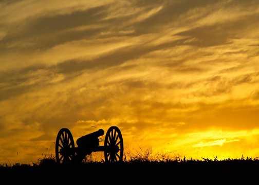 落日下的大炮图片