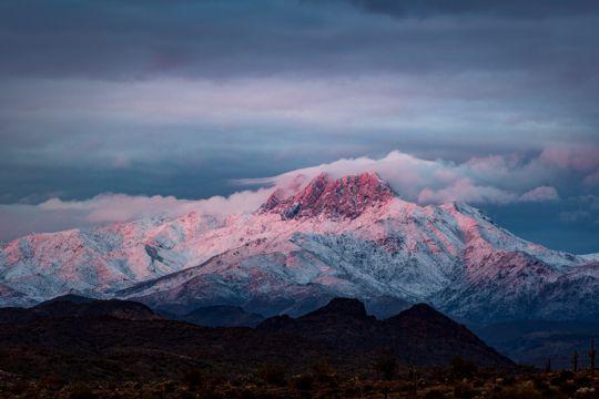 云雾缭绕雪山图片