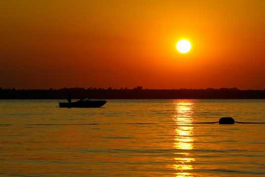 湖面落日斜阳景观图片
