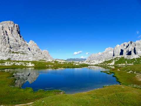 蓝色湖水图片