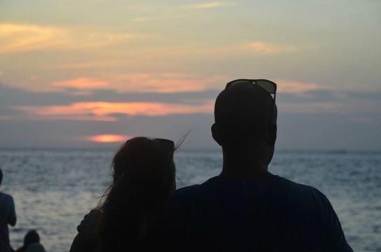 两个恋人在看日落