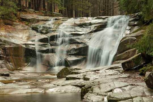 丛林石头瀑布图片