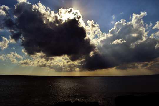 海上乌云蔽日图片