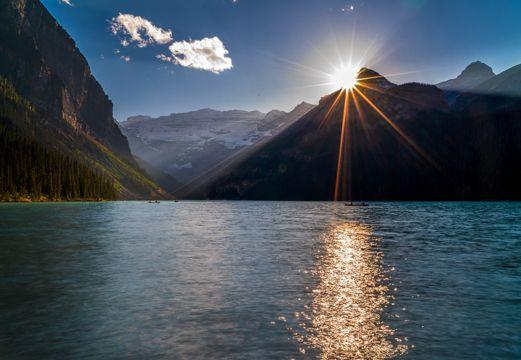早晨路易斯湖面风光图片