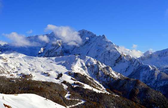 意大利云海岩雪山图片