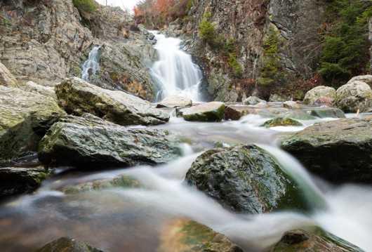 岩石瀑布溪流图片
