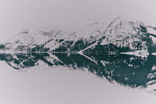 平静山川倒影图片