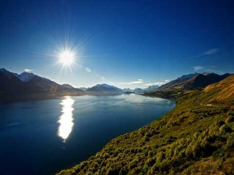 艳阳下的山水湖泊图片