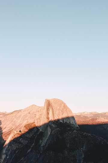 山坡被霞光覆盖图片