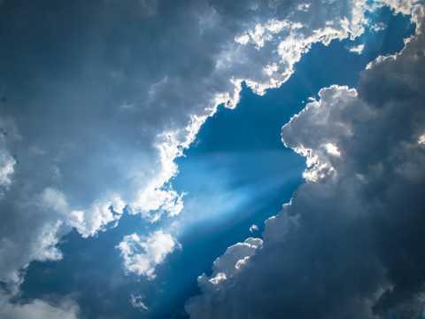 蓝色的天空乌云图片