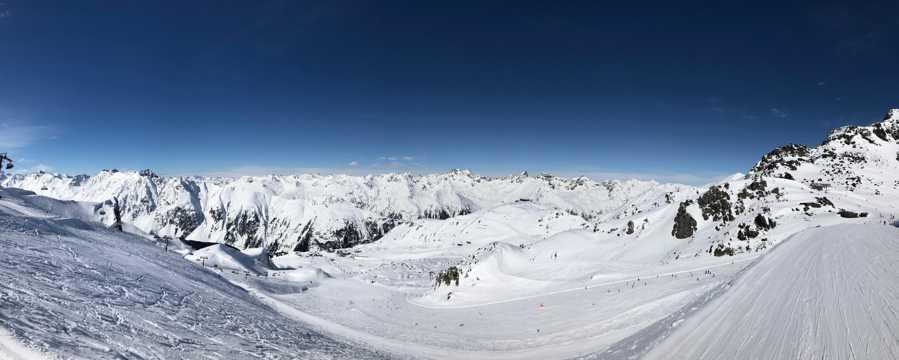 幽静的雪山滑雪场图片