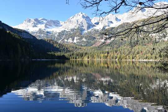 雪山湖水景观图片