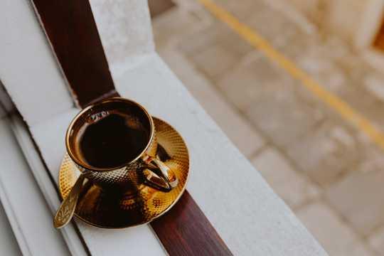 放在窗口的咖啡图片