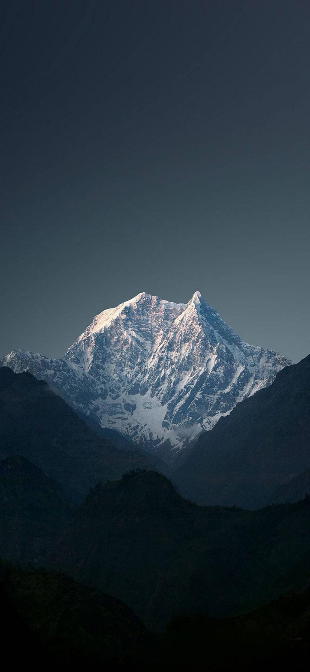 巍峨挺拔的雪山夜景