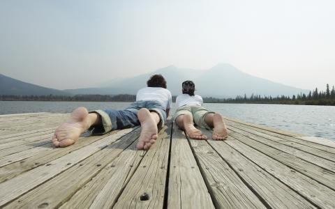 闪烁着高跟鞋,躺在码头上的人,两个,风景