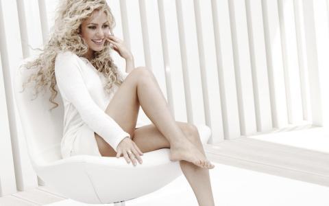 夏奇拉,夏奇拉,歌手,金发,长发,卷发,椅子,腿,腿,微笑,裙子,戒指,膝盖