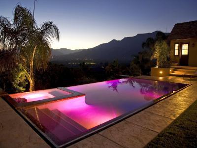 房子和舒适,游泳池,山脉,城市
