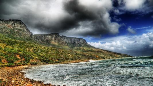 风暴,波浪,乌云,灰色山脉