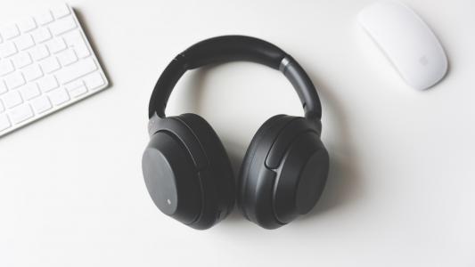极简风头戴式耳机