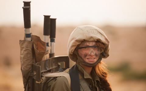 女孩在军队,武器,头盔,制服