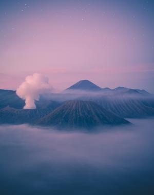 星空下云雾环绕的群山