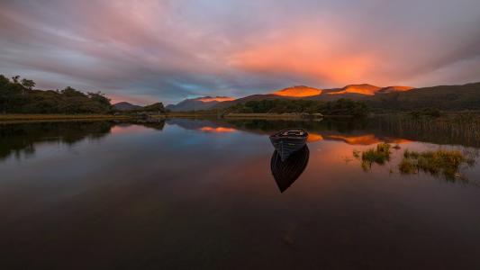 光滑的水,船,山,夕阳,反射,Pawel Kucharski