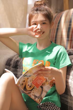 可爱女孩室内写真
