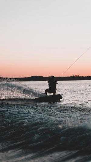 黄昏下的冲浪