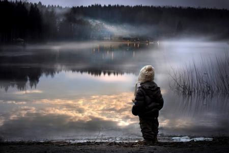 男孩,孩子,夹克,帽子,湖,岸,水,反射,晚上,雾,性质