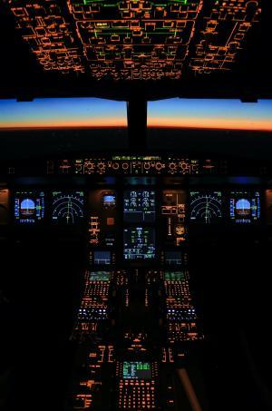 飞机驾驶舱内景