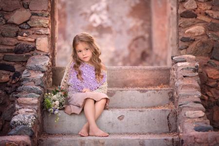桑德拉比安科,孩子,女孩,金发,卷发,裙子,海角,花束,鲜花,阶梯,石头