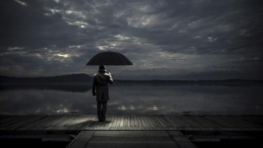 登船码头,雨伞下的男人,湖泊,遥远的海岸,阳光普照的阴暗天空,温和的悲伤,情绪