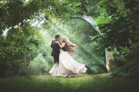 尤金和瓦伦丁,婚纱,森林绿化,太阳光线