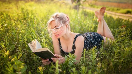 草地阅读的欧美美女