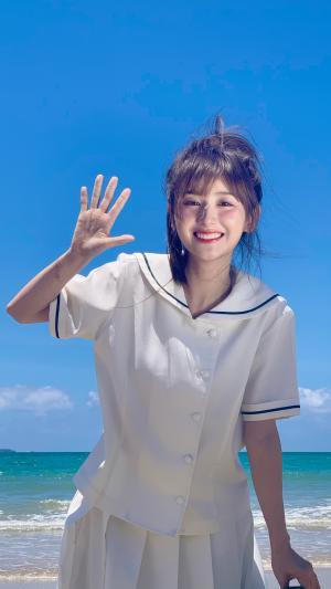 海边的水手服少女