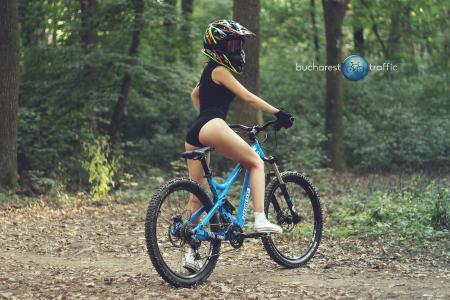 布加勒斯特交通,森林,自行车,头盔,运动,女孩