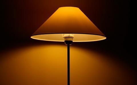 落地灯,柔和的黄光