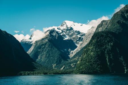 新西兰南岛米尔福德峡湾风光