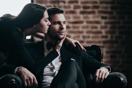 男人,女人,西装,男生,女孩,黑妞,深色,扶手椅,吻,墙,砖